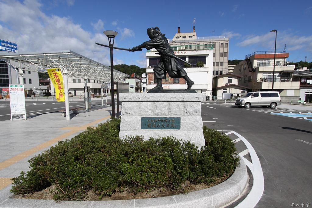 二本松駅前広場 『二本松少年隊士像』