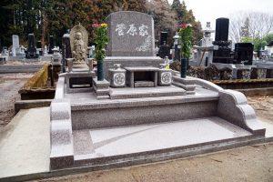 ゆりの花の彫刻が印象的な洋型のお墓